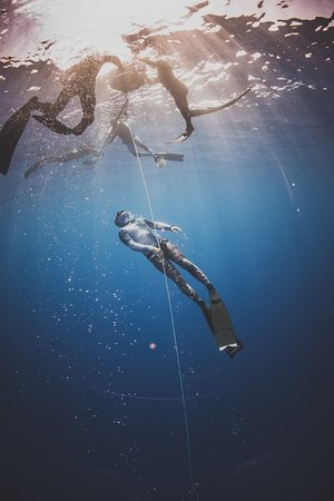 Paia, Hawaje: Freedive Hawaii Instructor Ben Zyons ascending from Depth
