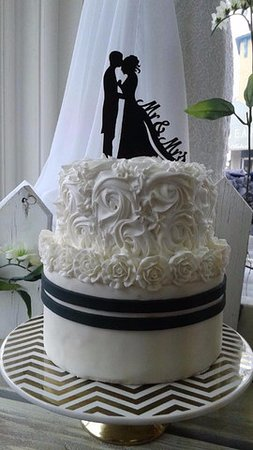 Black and white wedding cakes = sophisticiation - Picture of Uptown ...