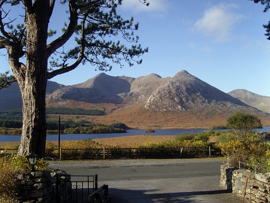 Lough Inagh Lodge: View at the front door