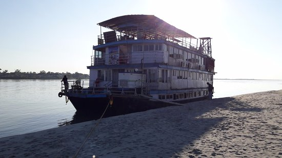Tinsukia, อินเดีย: the houseboat will carry you upstream and downstream for a while....the rest will be done in a f