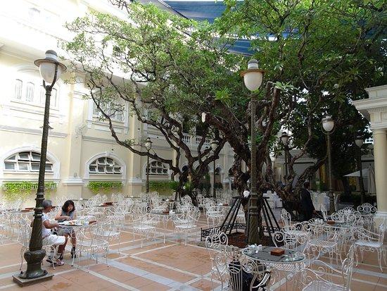 Hotel Continental Saigon: внутренний дворик отеля