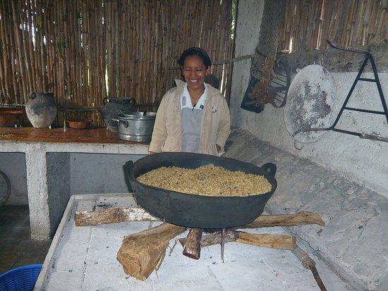 Parador San Juan de Dios : Cette indigène brule les grains de café comme d'antan, extra !