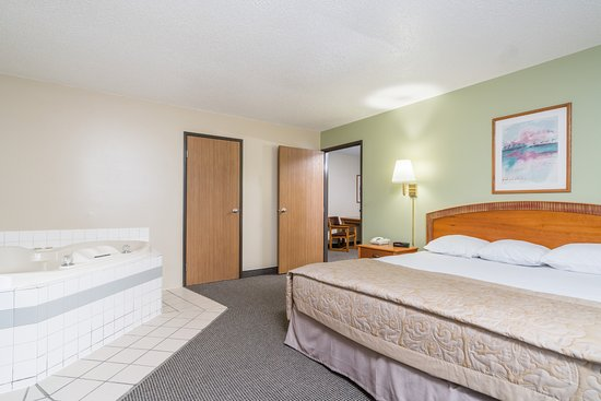 Super 8 Fargo/I-29/West Acres Mall: Jacuzzi Suite