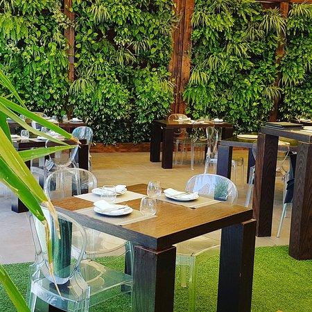 Nuestro comedor exterior. - Picture of Klandestino, Sant Joan d ...
