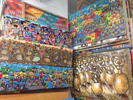 Mercado Modelo: Telas pintadas por artistas locais.