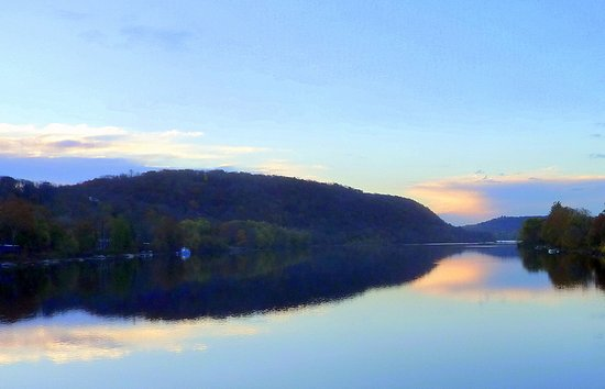 Lambertville, Нью-Джерси: The sublime view of sunrise overthe Delaware River on my morning stro across the bridge to New H