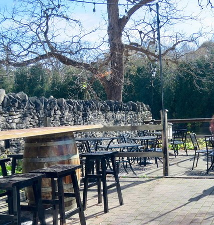 The Cellar Pub and Grill: Nice patio in season