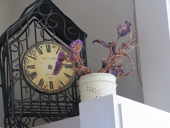 The Cellar Pub and Grill: Withered flowers say it all