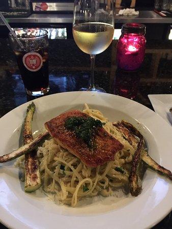 Victor, Estado de Nueva York: The Pan Seared Salmon accompanied by a glass of Simi Chardonnay