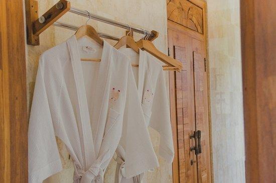 Sri Ratih Cottages: bathrob