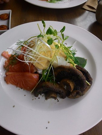 Flaxton, Australien: Eggs Benny Hashies with Salmon and Mushrooms