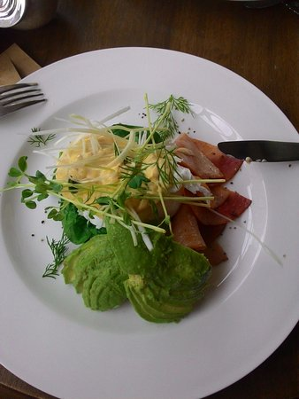 Flaxton, Australien: Eggs Benny Hashies with Ham and Avocado