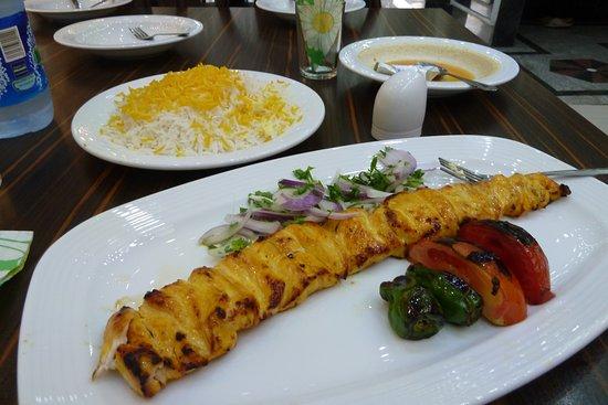 Bazargan, Iran: Standard-Essen im Restaurant: Hühner-Kebab