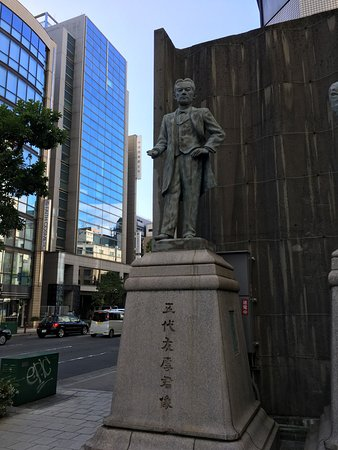 ‪The Statue in front of the Osaka Chamber of Commerce and Industry Bldg.‬