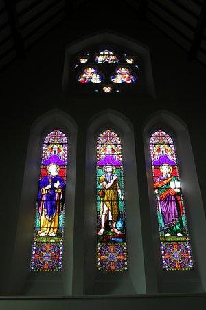 Holy Cross Church: um dos muitos vitrais