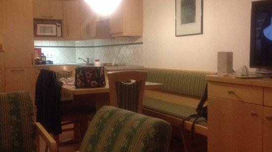 Living space with view on kitchen Bild von Aparthotel Ferienalm