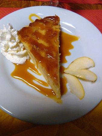 Sainte-Anne-d'Auray, France: Gâteau aux pommes maison