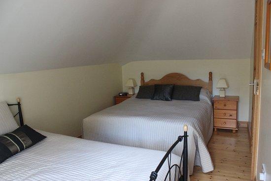 SheenView B&B : o quarto com 1 cama de casal e 2 single