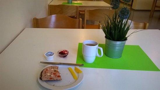 Heide, Deutschland: Leckere Marmelade, Wurst und Paprikastreifen zu Kaffee