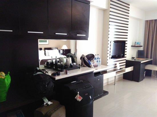 Aston Kuta Hotel & Residence: TV flat, lemari untuk menyimpan berbagai barang