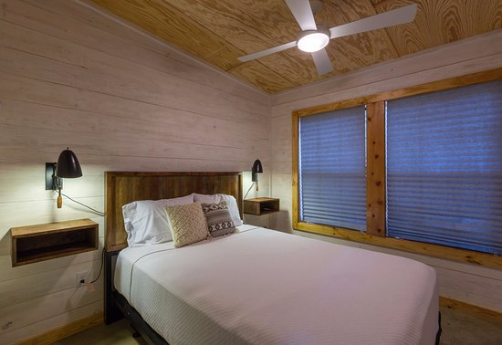 Wimberley, Teksas: Master Bedroom in one of our Newly Constructed 4 Person Cantina Cabin