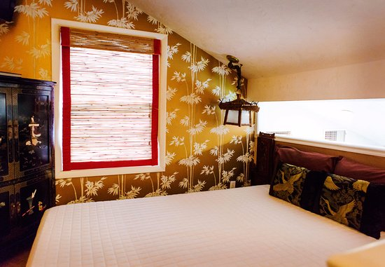 Nesselrod Bed And Breakfast: Oriental Lily   Queen Bed/Loft Style