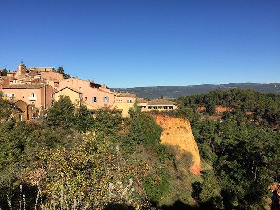 Le Clos de la Glycine : Hotel is on the far right, at the top of the cliff!