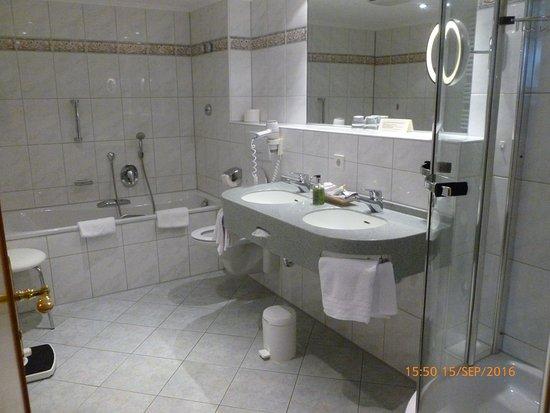 très belle salle de bains complète - Bild von Hotel Reppert ...