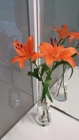 cE Hotel de Diseño: Flores naturales en la habitación y baño