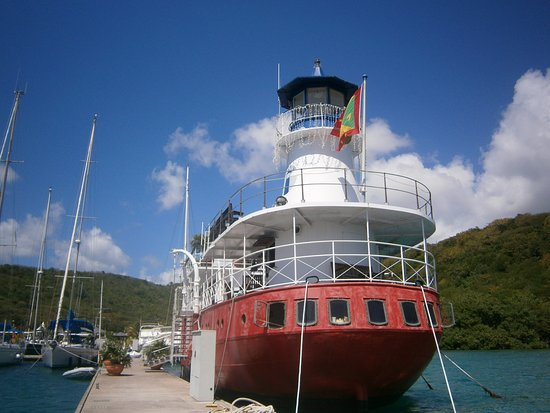 Petite Calivigny, Grenada: Bryggan med båten vid restaurang och hotell Le Phare Bleu.