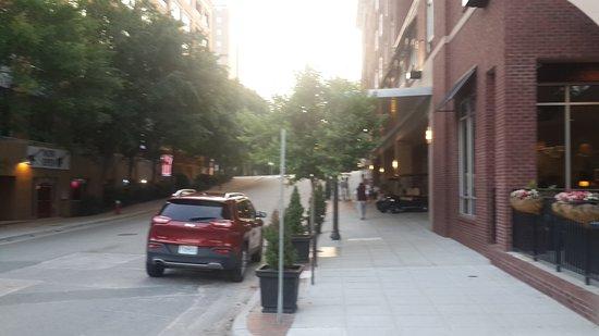 Hampton Inn & Suites Raleigh Downtown: Vista de la entrada del hotel