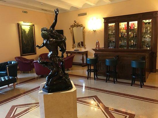 Antiche Mura Hotel: Foyer bar and lobby