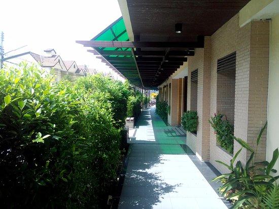 โรงแรมโกลเด้น ซี: Во дворе отеля