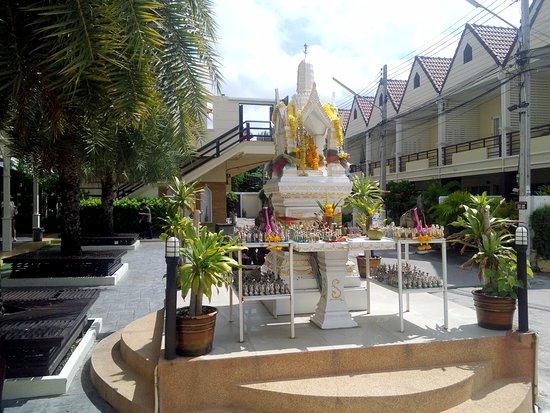 Golden Sea Pattaya Hotel: Во дворе - обязательный Домик духа