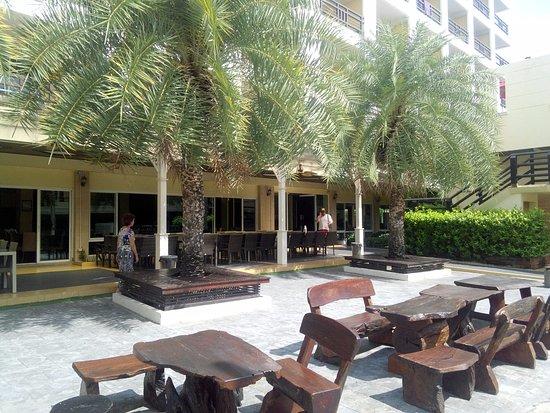 โรงแรมโกลเด้น ซี: Во дворике стоят столики, где можно отдохнуть или поужинать