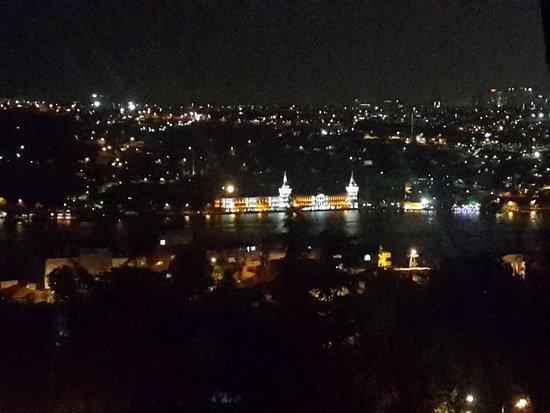 Ulus 29 Restaurant: Вид через Босфор вечером
