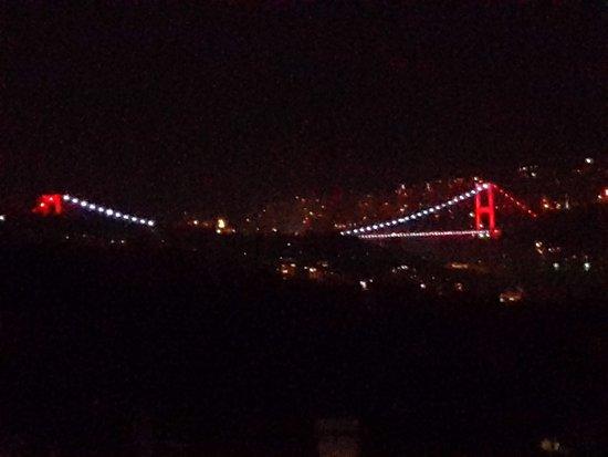 Ulus 29 Restaurant: Вид на мост через Босфор вечером