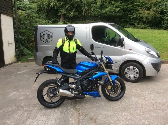 Hartfield, UK: Fantastic fun Triumph Street Triple motorcycle available for hire plus helmet and protective clo