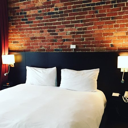 Le Petit Hotel: Amazing brick and stone present throughout the room