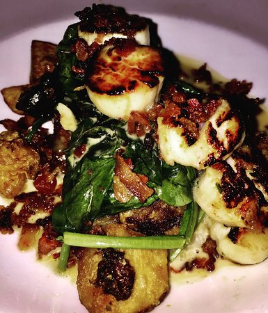 Willimantic, Коннектикут: The day special, scallops atop a bed of spinach, mashed potatoes, crispy sweet potatoes with a v