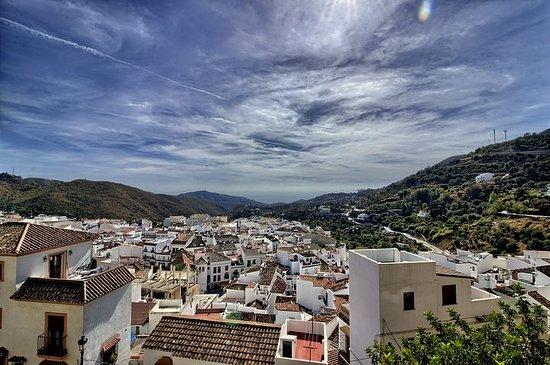 Ojen, Spain: Vista panorámica de Ojén desde las cuevas