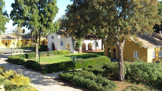 Vila Galé Albacora: Escola, Igreja, expaço exterior