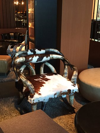 The Highland Dallas: Bar area, interesting chair and yes! it is comfortable.