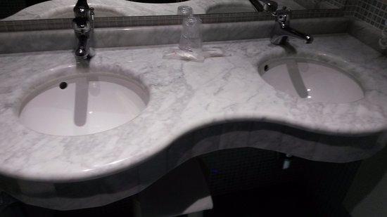 Bagno con due lavandini foto di hotel talao scalea tripadvisor