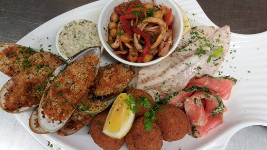 Saint Arnaud, นิวซีแลนด์: Seafood platter - a selection of seafood, changes regularly, served with breads, dips and salad.