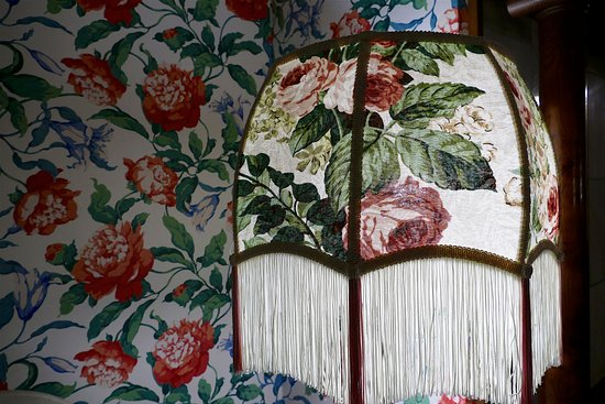 Martine Inn: bold wall paper and vintage lamp