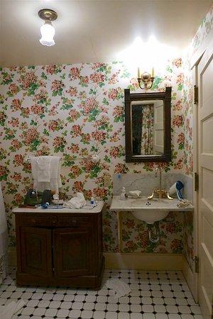 Martine Inn: Marble & antique decor