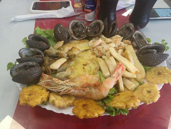 Esmeraldas, الإكوادور: Linda playa y buena comida