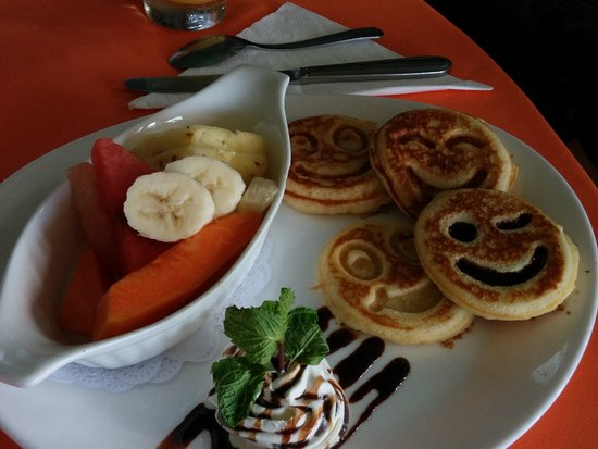 La Mansion Inn: Breakfast pancakes and fruit
