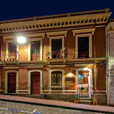 La fachada casa colonial t pica de arquitectura espanol for Restaurante arquitectura
